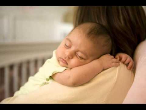 el insolito metodo que usa una mama muy cuidadosa para no despertar a su hijo