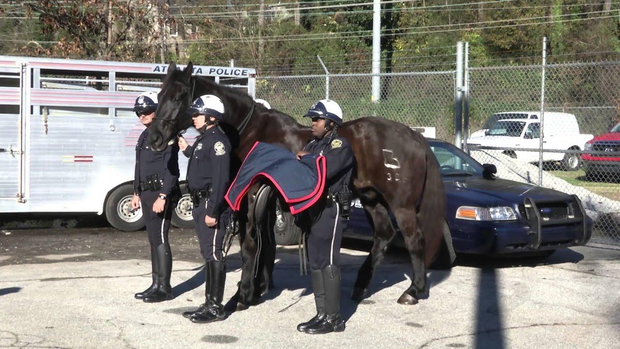 Bildergebnis für atlanta mounted police chasing