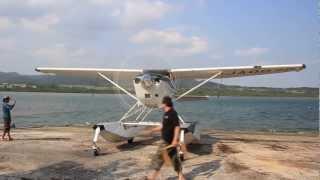 自力でスロープを登って上陸する水陸両用機、西表島、仲間川