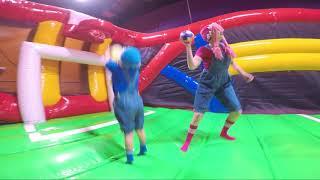 Castillos Inflables Saltando y Jugando en Toboganes S2:E255 thumbnail