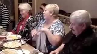 Женщина рассказывает анекдот с полотенцем