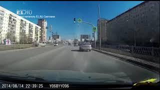 На Таватуйской Mercedes обрушил светофор на дорогу