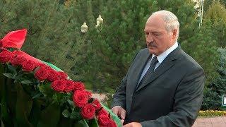 Лукашенко возложил венок к памятнику Первому Президенту Узбекистана Исламу Каримову
