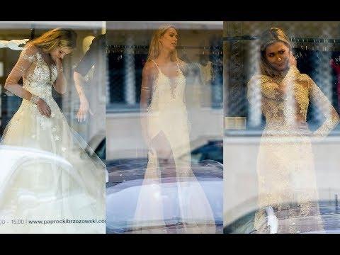 Uradowana Kubicka przymierza suknie ślubne w butiku Paprocki&Brzozowski