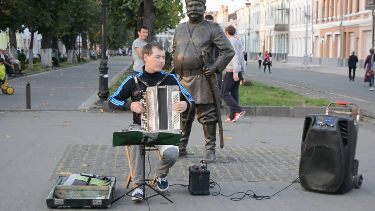Уличный музыкант во Владикавказе играет на