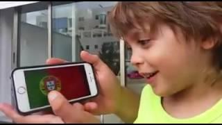 ילד ישראלי מראה ידע רחב בנושא דגלי מדינות