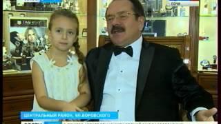 Сочинский ювелирный салон решил отпраздновать юбилей распродажей(http://vesti-sochi.tv., 2015-12-25T17:04:32.000Z)