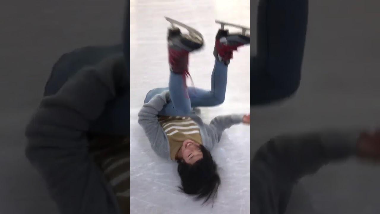 Вирално видео: Јапонка не може да застане на нозе со лизгалки