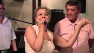 Мать поёт  реп  на  свадьбе  дочери.