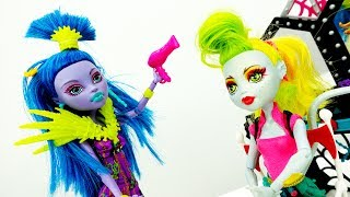 Куклы Монстер Хай в САЛОНЕ КРАСОТЫ! Видео для девочек