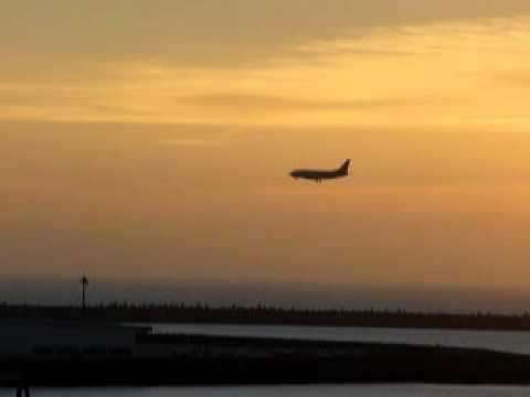 梅雨明け発表直後の夕焼け。その中を下りてくる旅客機。