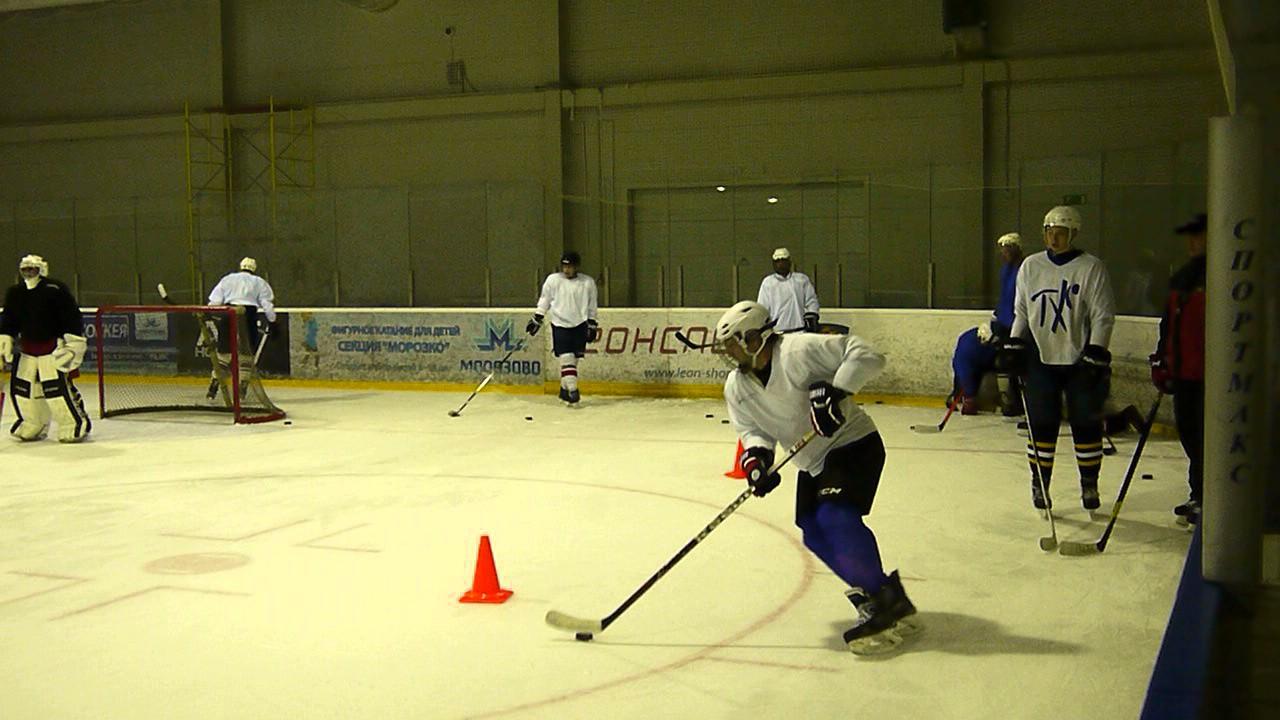 Любительский хоккей: упражнение на катание с клюшкой и шайбой