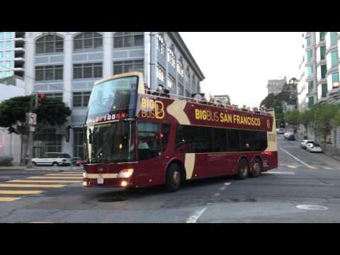 反トランプデモなぜかバスで移動 既視感...