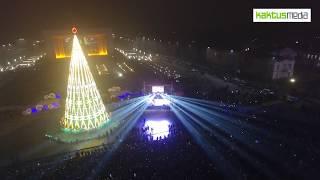 Зажглись новогодние огни на главной елке страны.