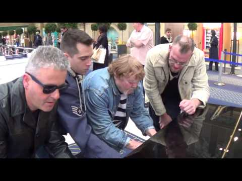 FIVE DUDES JAM ON THE PARIS PIANO