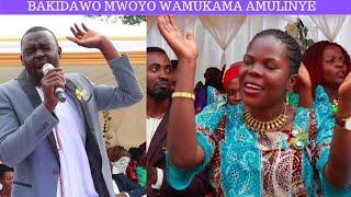 MUZEYI BAKIDAWO MWOYO WAMUKAMA AMULINYE NAYIMBISA ABAKO ENYIMBA EZIMUTENDEREZA