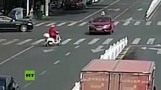 Rescatan a una mujer atrapada bajo un todoterreno
