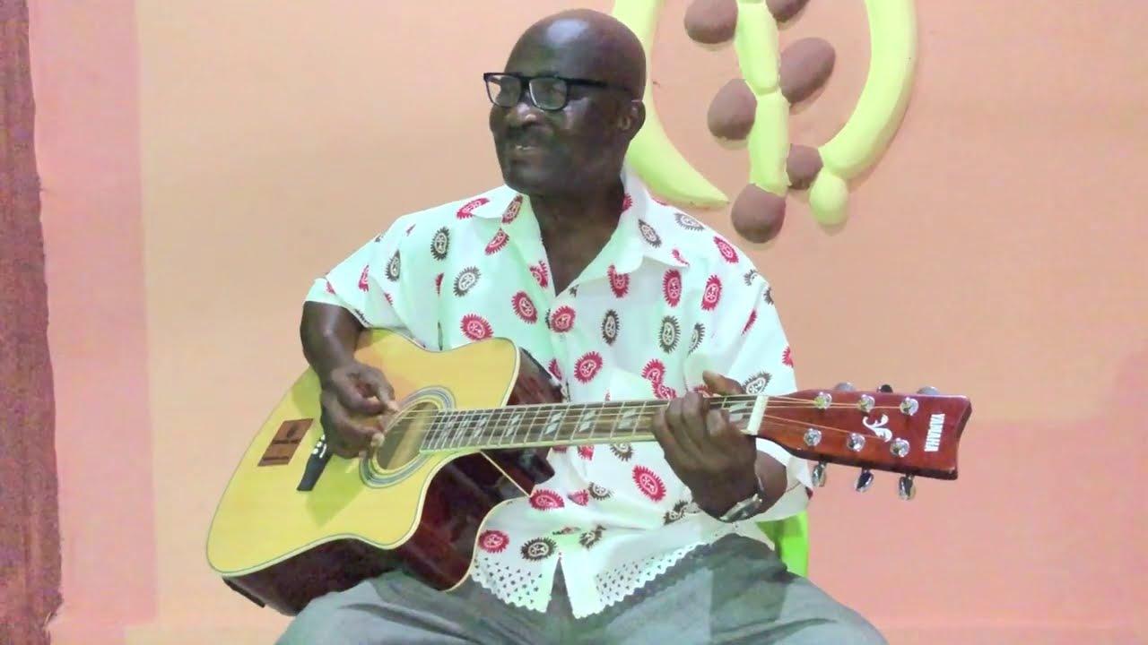 Download Safohene Djeni displays his guitar skills