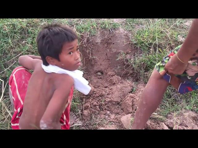 Xem trẻ em Campuchia bắt rắn - Catch snake in Cambodia (Omg)