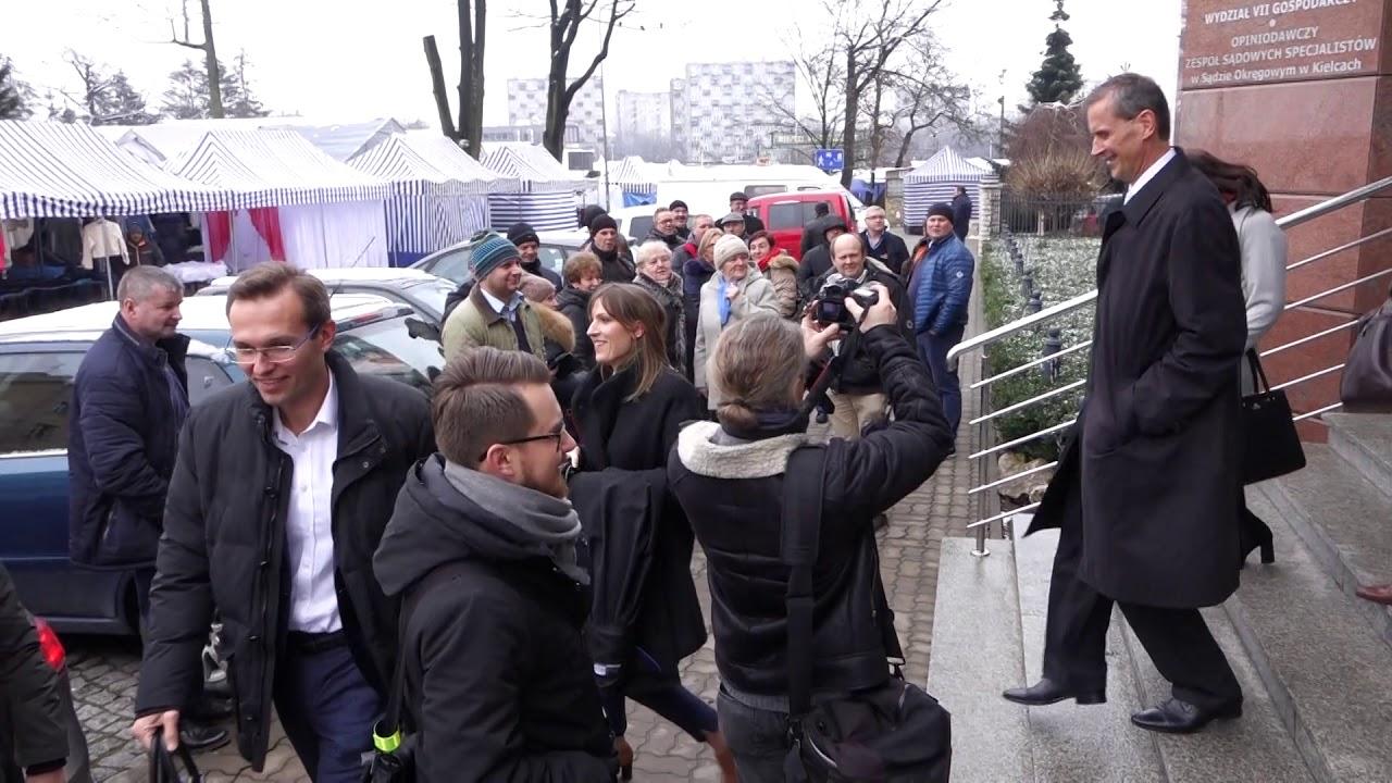 Won do Radomia. Pracownicy MPK żegnają prezes Michalczewską pod sądem 29.12.2017