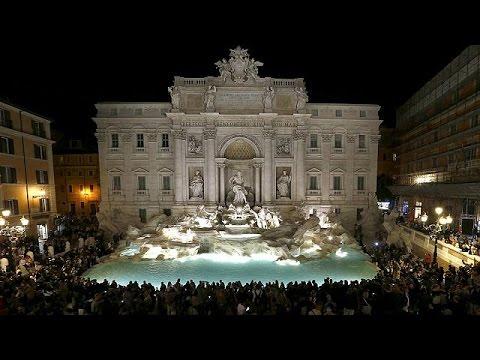 Rome   l eau coule à nouveau dans la célèbre fontaine de Trevi - YouTube 6ff52378eaf