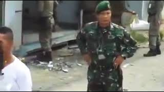 vuclip Anggota TNI dipukuli Puluhan Satpol PP, dikira Preman PKL