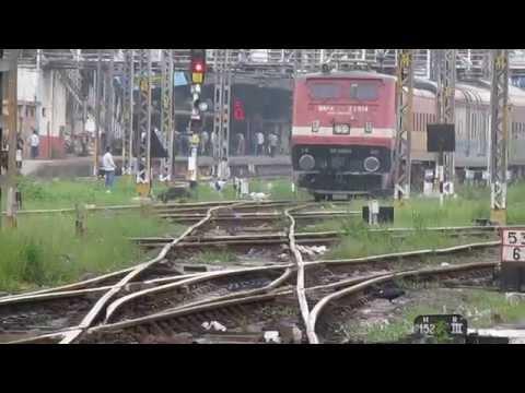 Mumai LTT-NIzamuddin AC Express departing Kalyan Jn.