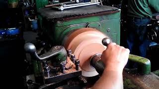 Обработка древесины на токарном станке.