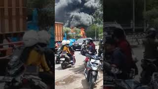 Asap hitam mengepul di depan kampus IPDN bus terbakar