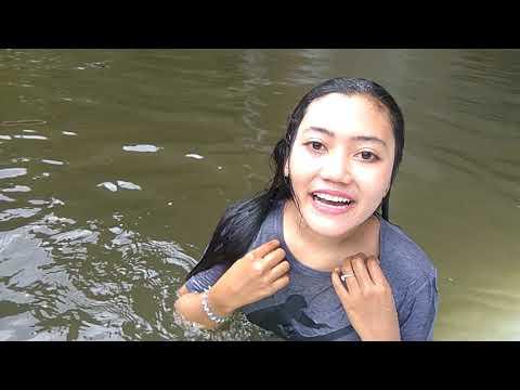 Gadis cantik mandi di air terjun Lembah Harau