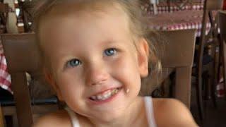 Erika responde preguntas mientras come pizza🍕en este video para niños   Toys and Erika🍕😊