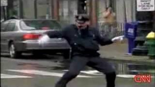 Guarda de trânsito da show de dança em ruas do EUA
