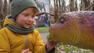 У Лёвы сломался трактор играя с Динозавром в парке, Папа пришел на помощь
