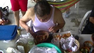 Jose Kamey en Zacualpan comiendo caldo de chacales