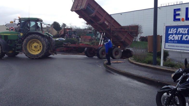 Crise Agricole Les Tracteurs Bennent Devant Le Leclerc