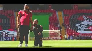 Küçük Adam, Es Es stadyumunda yürüdü
