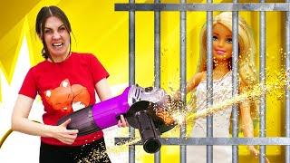 Что кукла Барби делает зарешеткой? —Кен помогает вызволить Барби— Янехочу вшколу!