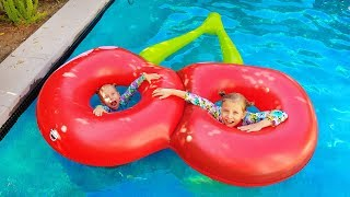 Kids play with Giant inflatable toys into swimming pool / Real food VS Inflatable food