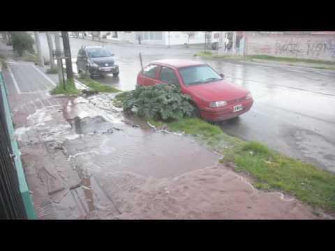 Por un caño roto un río corre por calle Brentana