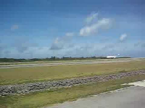 下地飛行練習場。これから飛び立つジェット機(横から)