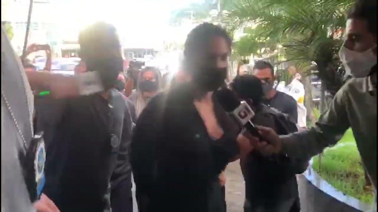 Caso Henry: Dr Jairinho e mãe Monique Medeiros chegam à delegacia - YouTube