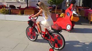 У Алисы НОВЫЙ ВЕЛОСИПЕД !!! Прогулка на улице с детьми / Мими Лисса