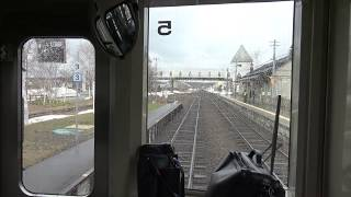 列車交換で美瑛駅に停車中の富良野線キハ150形の前面展望