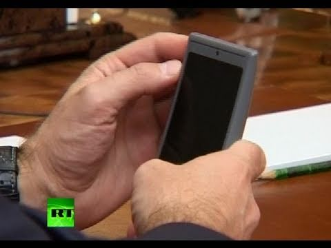 Medvedev's 1st touch of 'Russian iPhone'