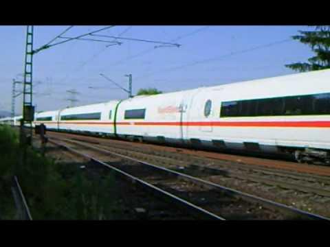 ICE-Begegnung am Bahnübergang-low speed-Halbschranke-freie Strecke-
