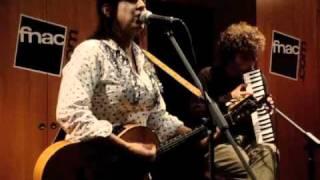 Amparo Sanchez en concert acoustique au forum de la Fnac Strasbourg