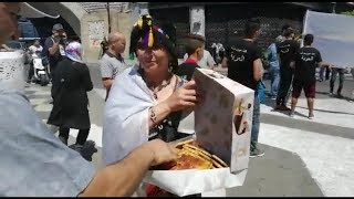 شاهد.. سيدة توزع الخبز على الشرطة والمتظاهرين بالجمعة 27 في الجزائر