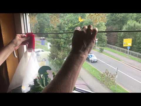 Scheibengardine mit Klebehaken aufhängen Fensterdekorationen anbringen Anleitung