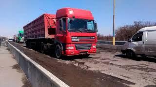 Дорога на мосту на трассе возле Амстора в Запорожье. Ужас