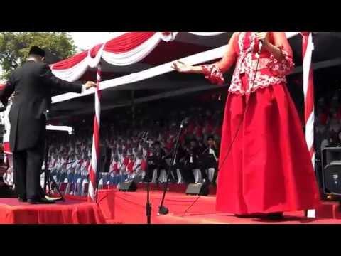 SIMFONI RAYA INDONESIA by PUSAKA 2014, Paduan Suara Kolosal 1.000 SISWA SMA Provinsi Jawa Timur
